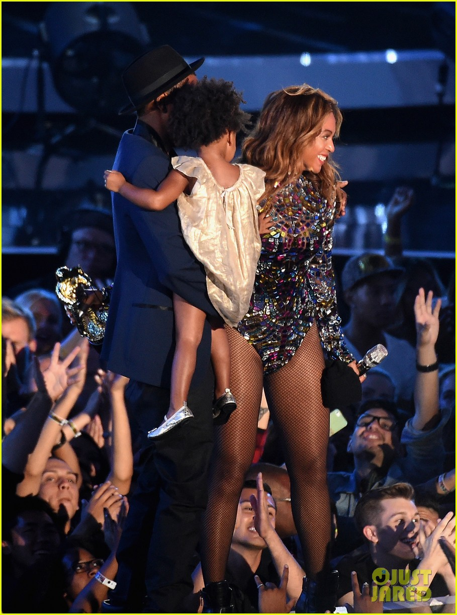 blue ivy presents mom beyonce with award at vmas 2014 17