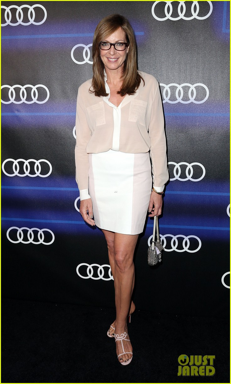 julie bowen sarah hyland heat up the audi emmys party 12