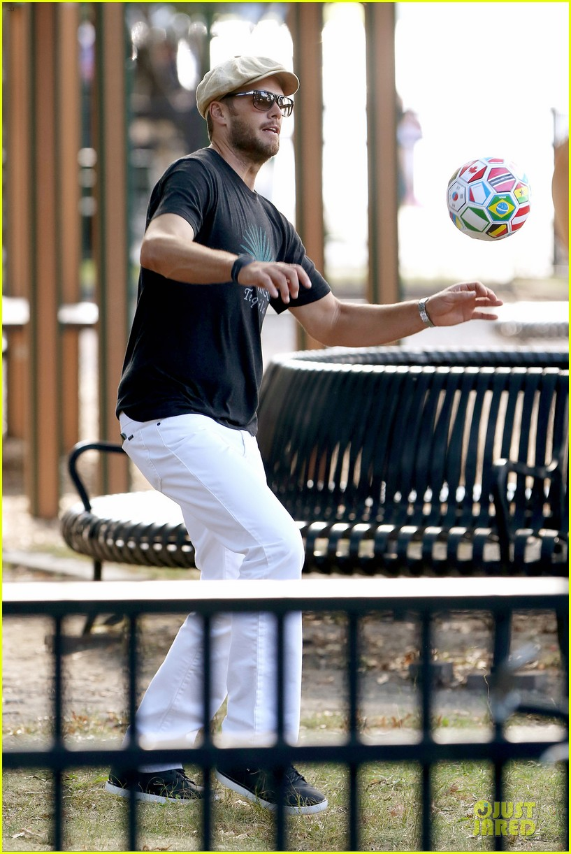 gisele bundchen tom brady play soccer at the park 203181675