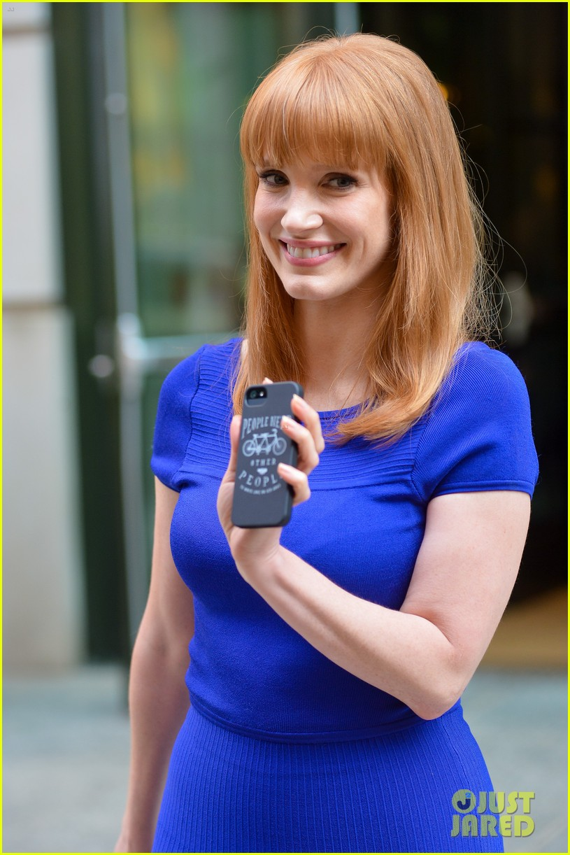 jessica chastain uses the paparazzi to spread a message 09