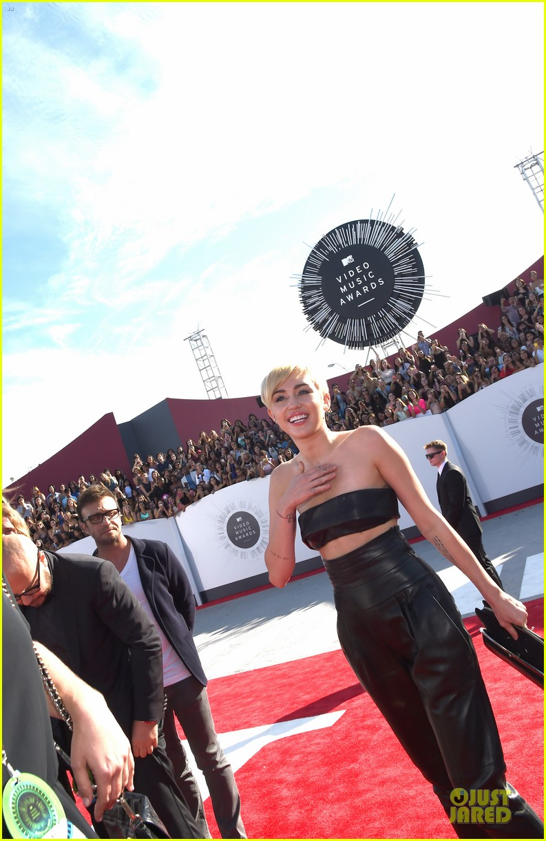miley cyrus bares midriff at mtv vmas 2014 10
