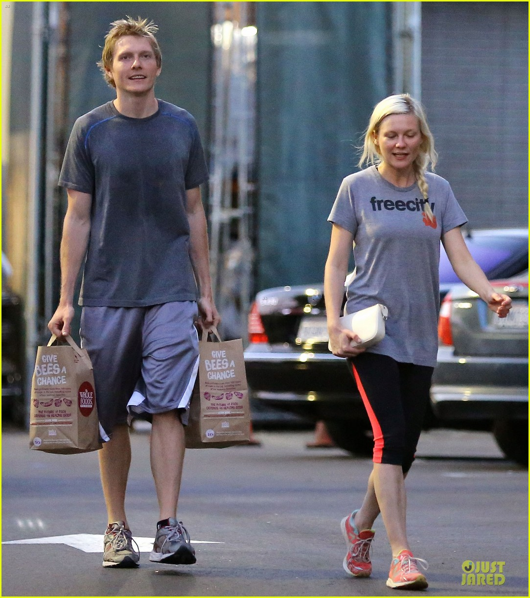 kirsten dunst christian grab groceries before weekend 01