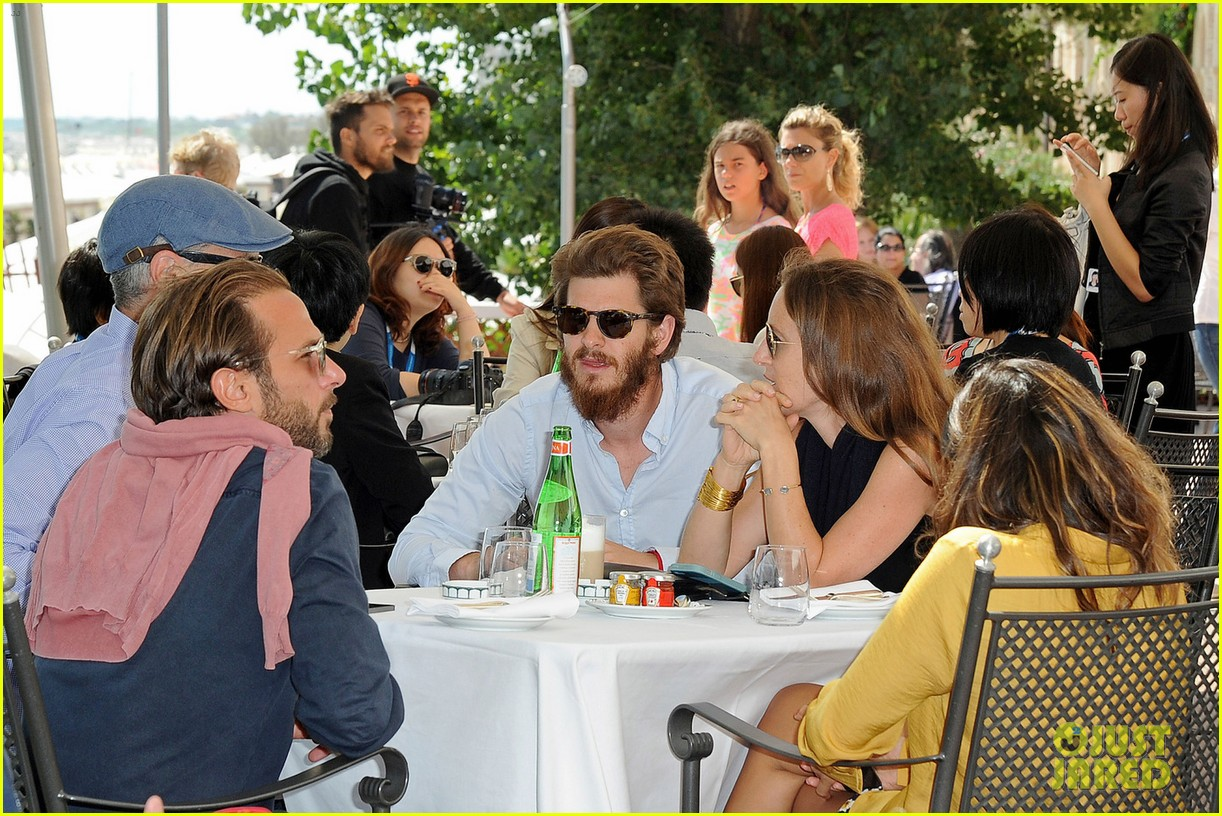 emma stone andrew garfield arm in arm lunch venice 043185536