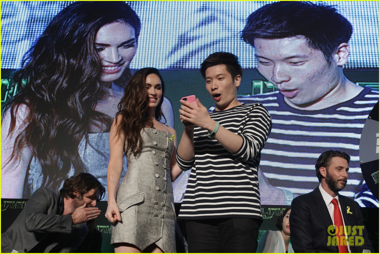 megan fox cant poop alone after having babies 083184299