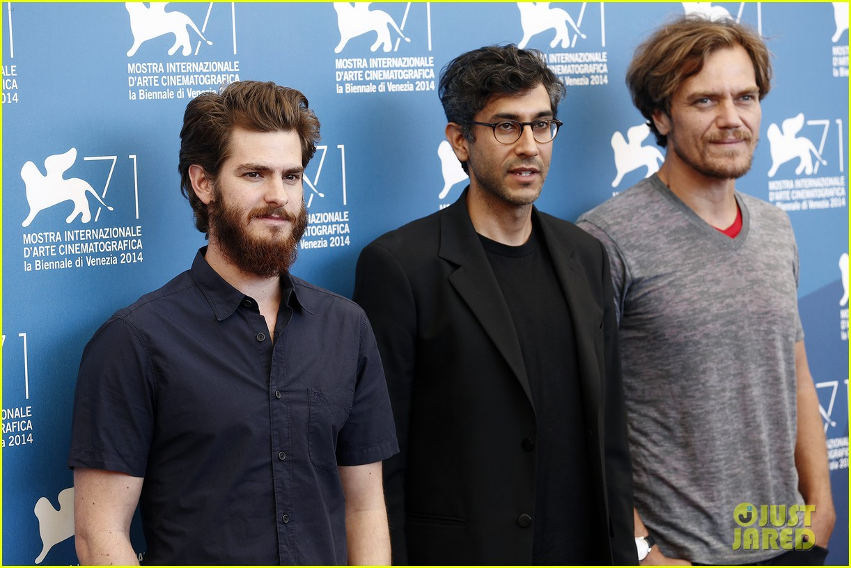 andrew garfield does press with his big bushy beard 04