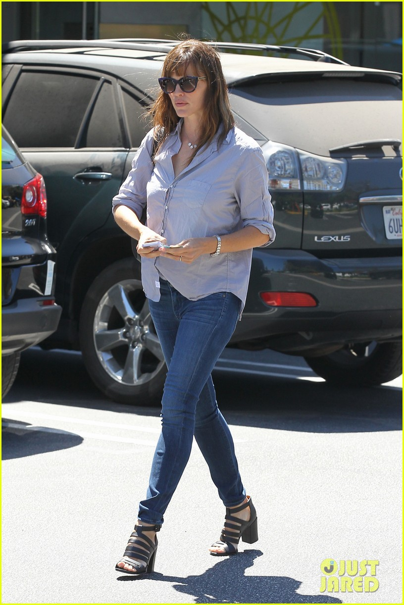jennifer garner takes some time for sushi 03