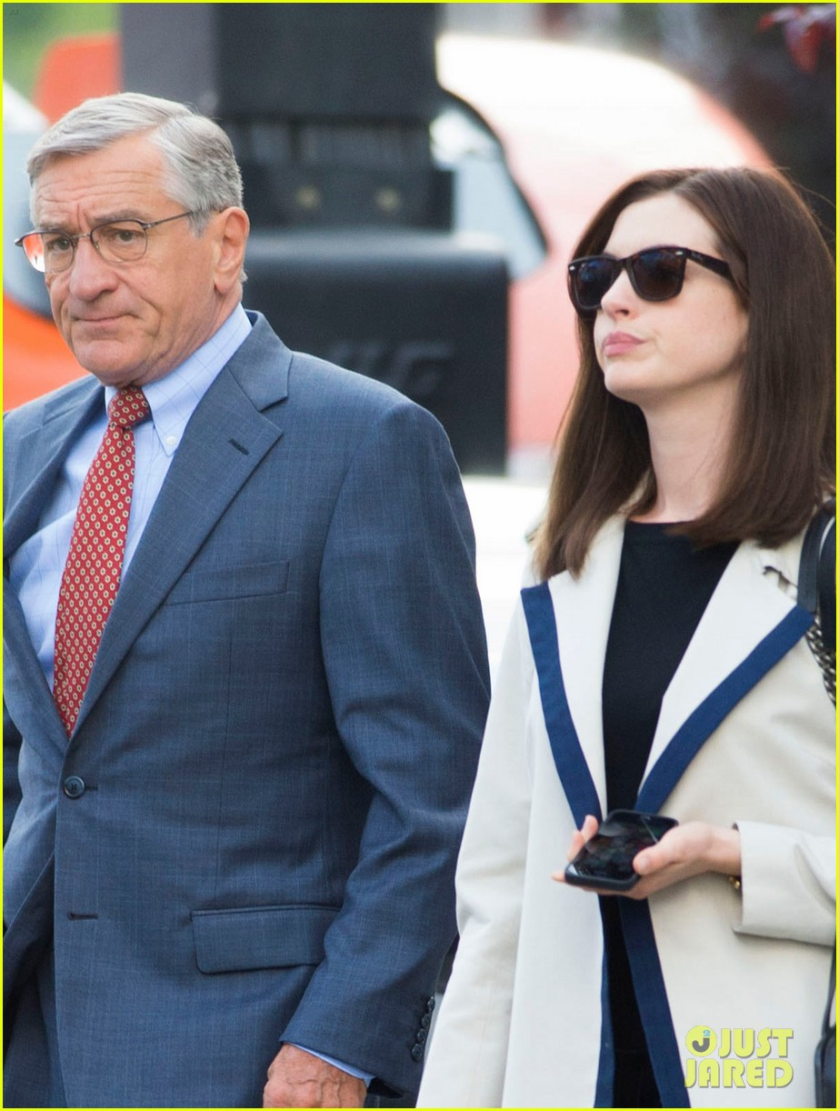 anne hathaway continues filmin the intern with robert de niro 023185221