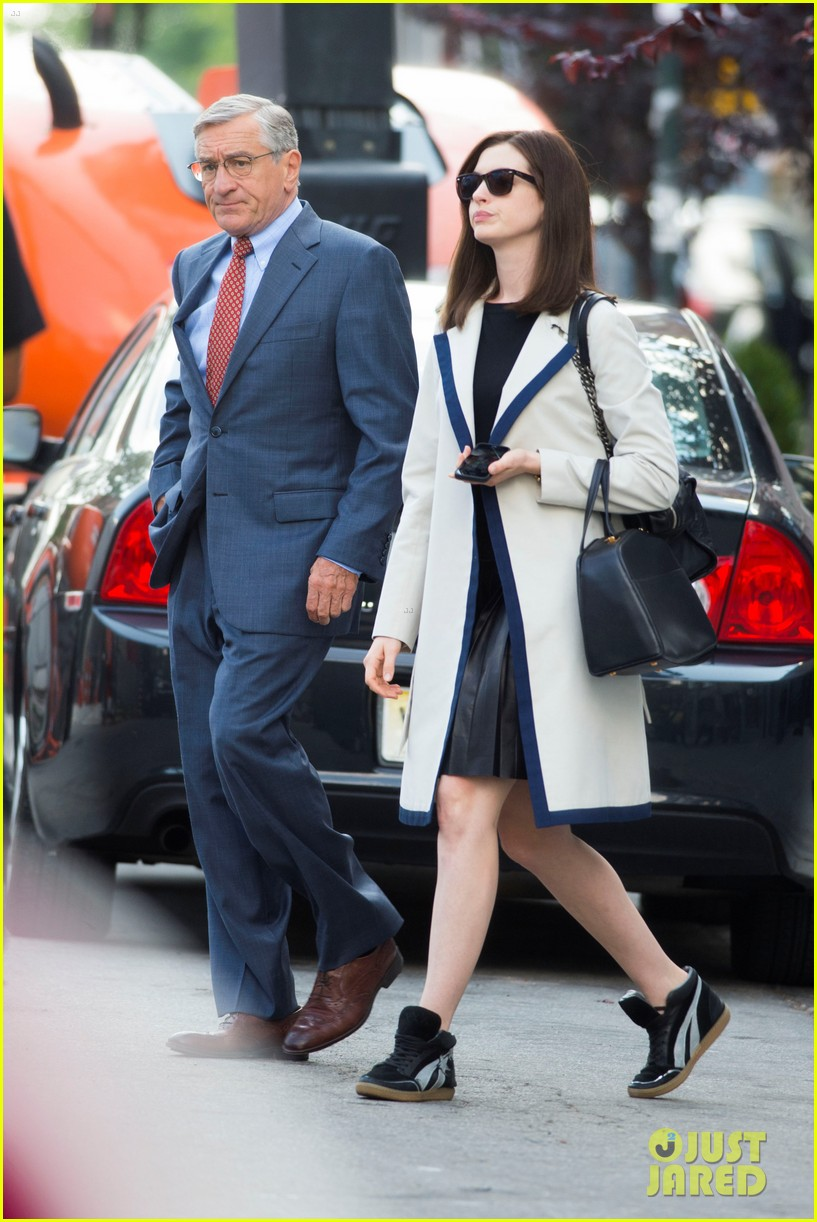 anne hathaway continues filmin the intern with robert de niro 053185224