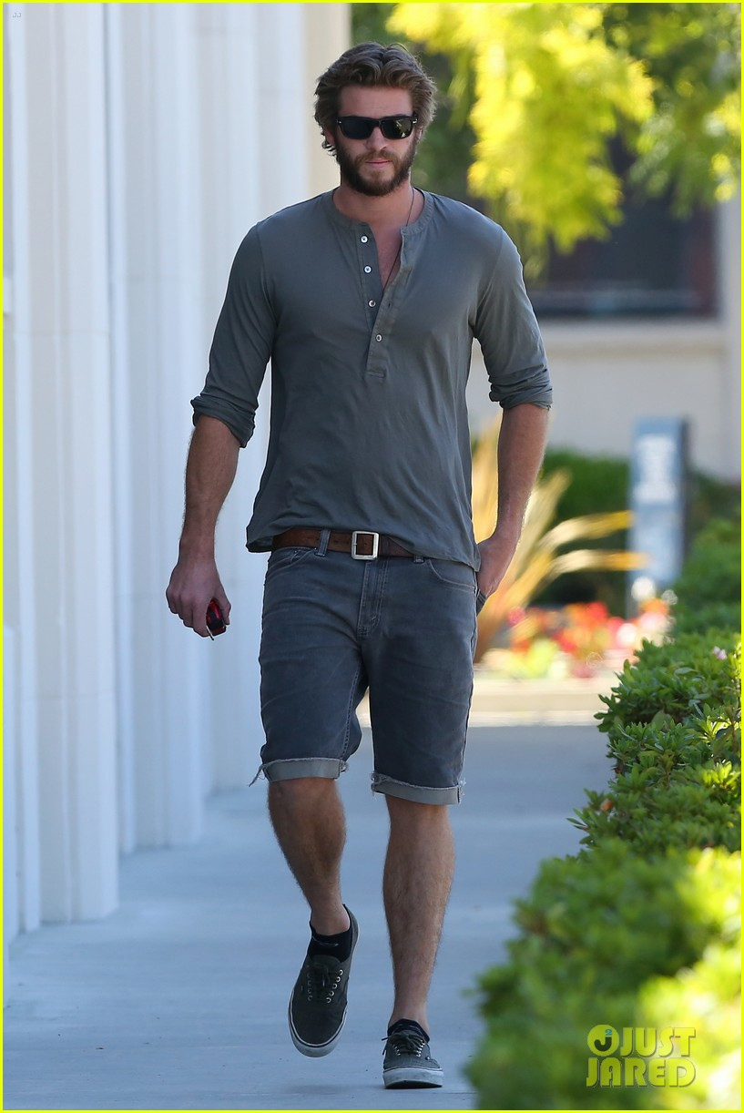 liam hemsworth furniture shopping scruffy beard 05
