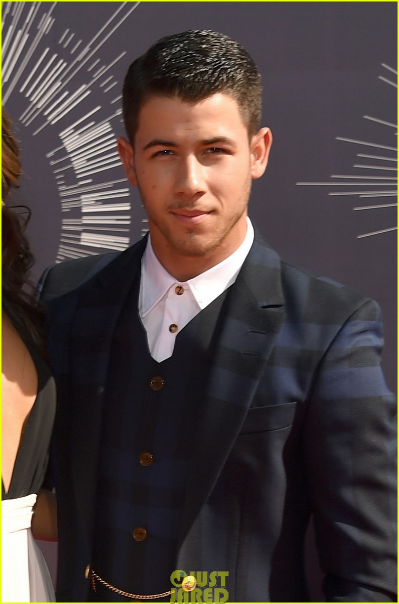 nick jonas olivia culpo vma red carpet 01