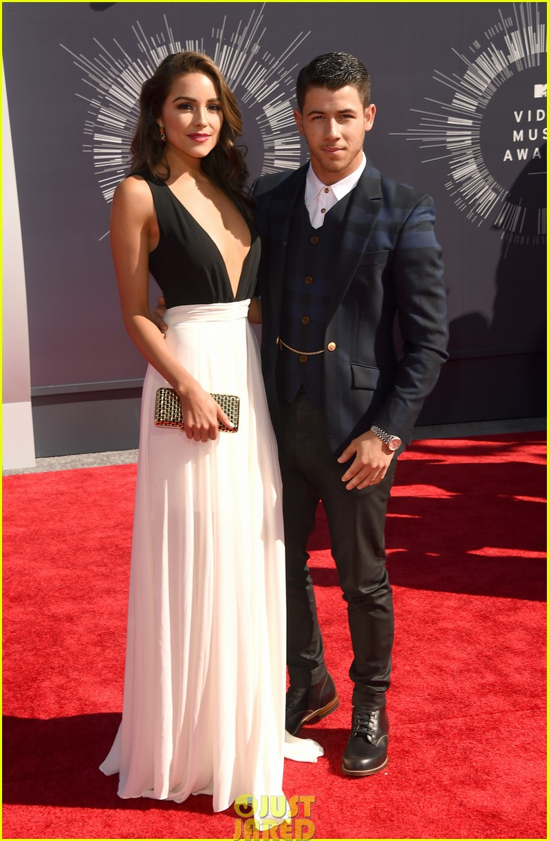 nick jonas olivia culpo vma red carpet 02