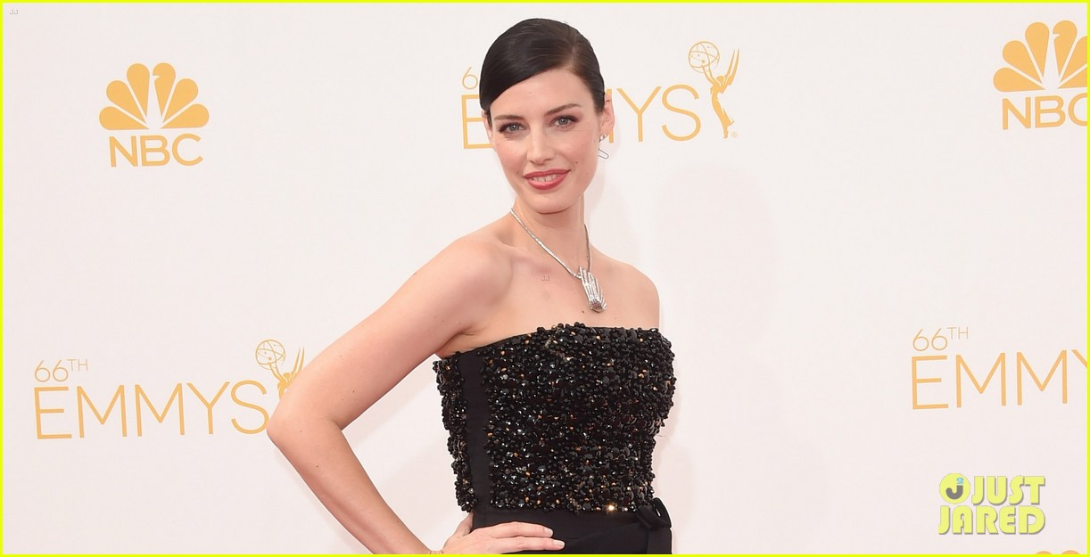 january jones jessica pare emmys 2014 red carpet 05