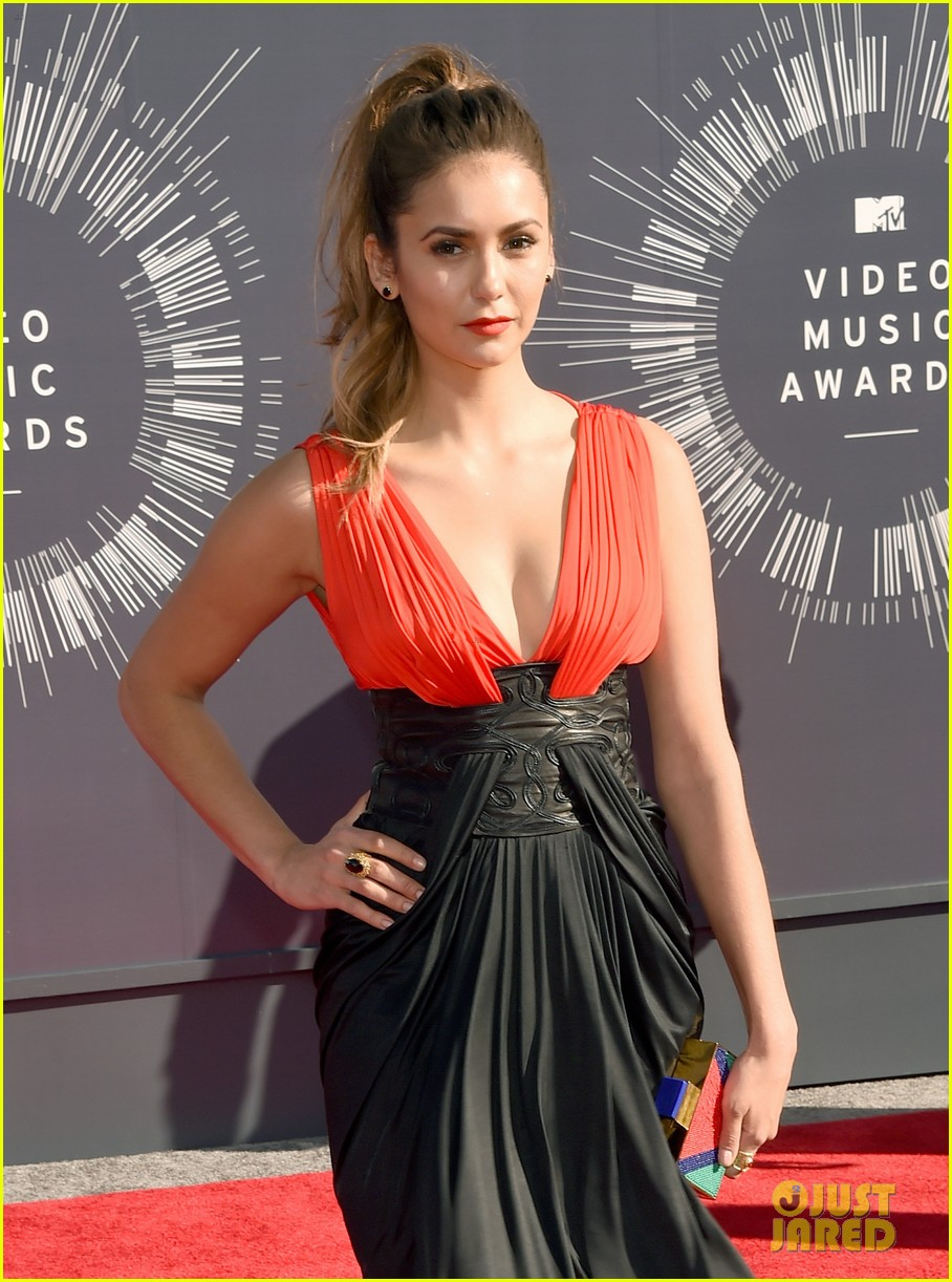 nina dobrev julianne hough 2014 vmas 033182344
