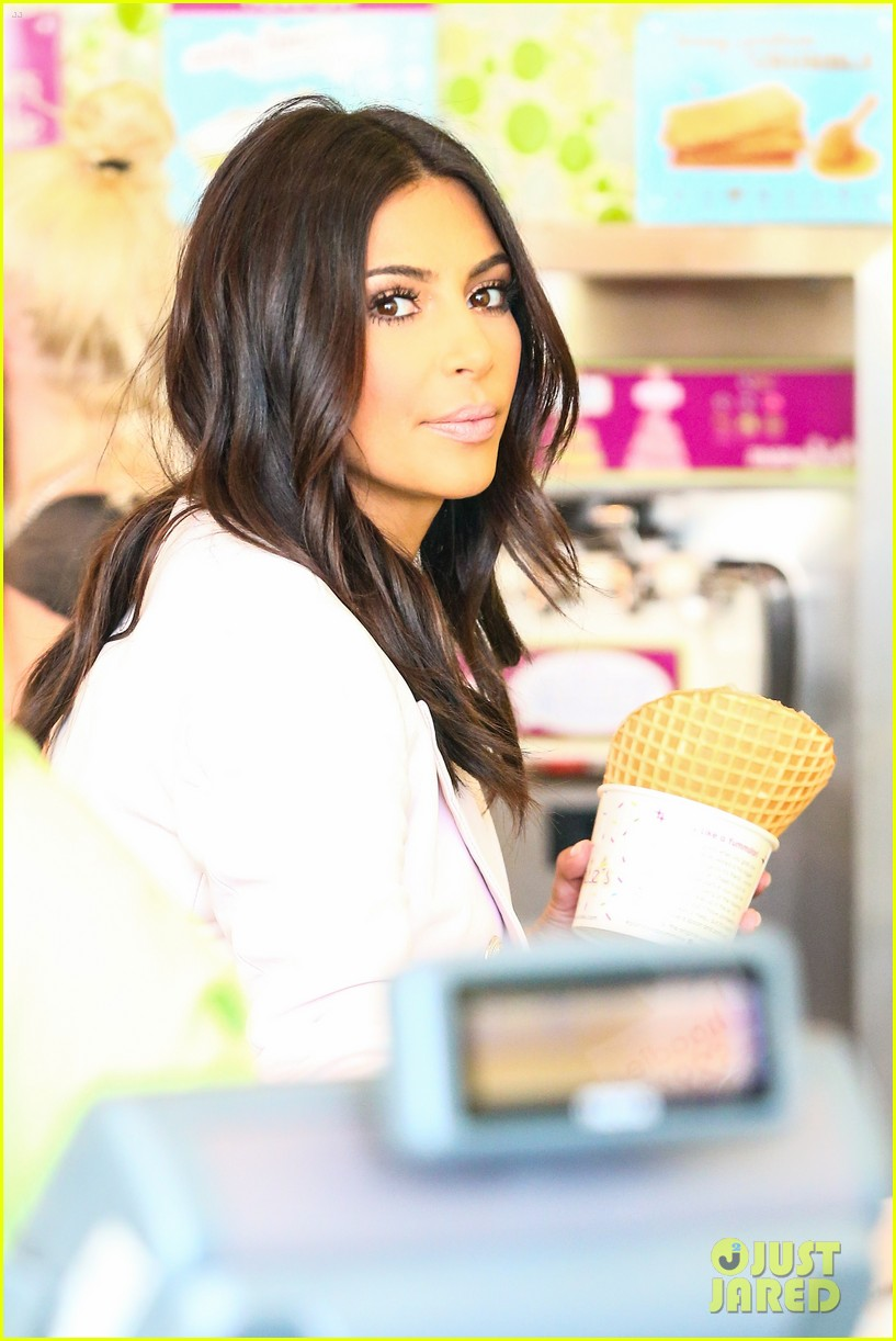 kim kardashian satisfies her sweet tooth with some fro yo 02