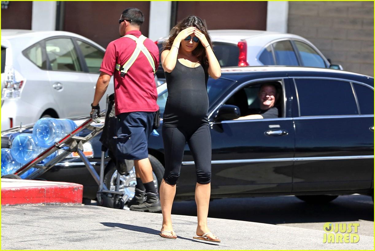 pregnant mila kunis continuing to go to yoga 113185830