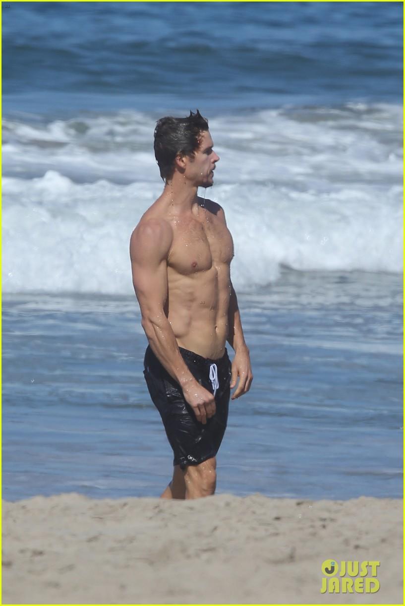 Shirtless Ryan Kwanten Shows Off His Killer Body for Malibu Beach Dip ...