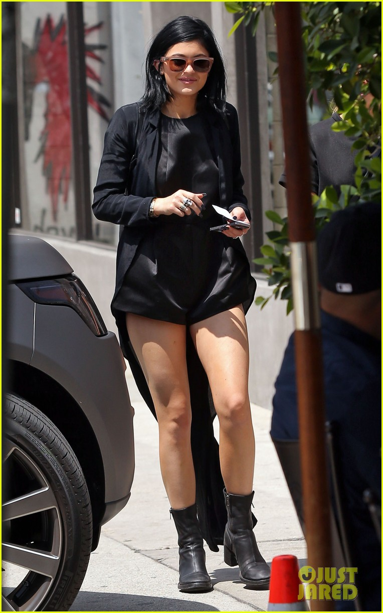 kylie jenner steps out after minor car accident 02