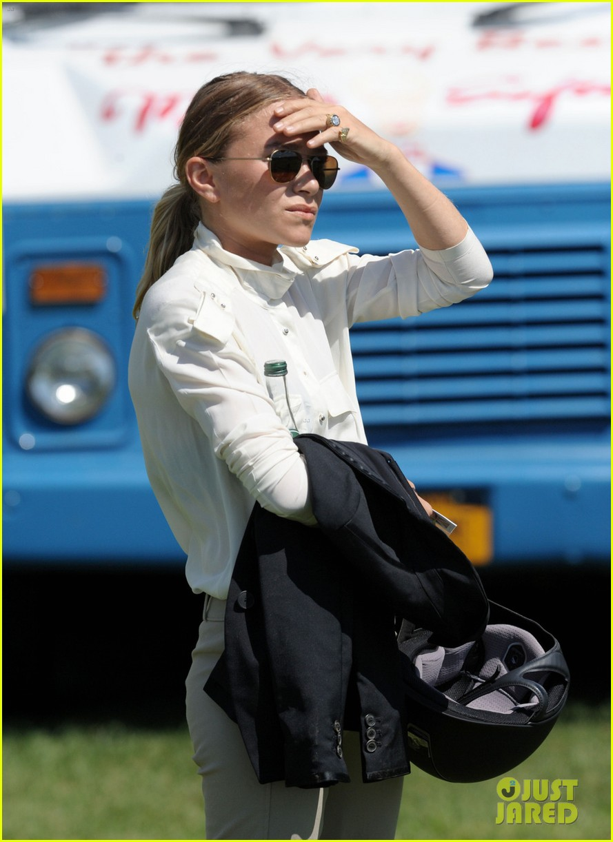 mary kate olsen horseback riding 04