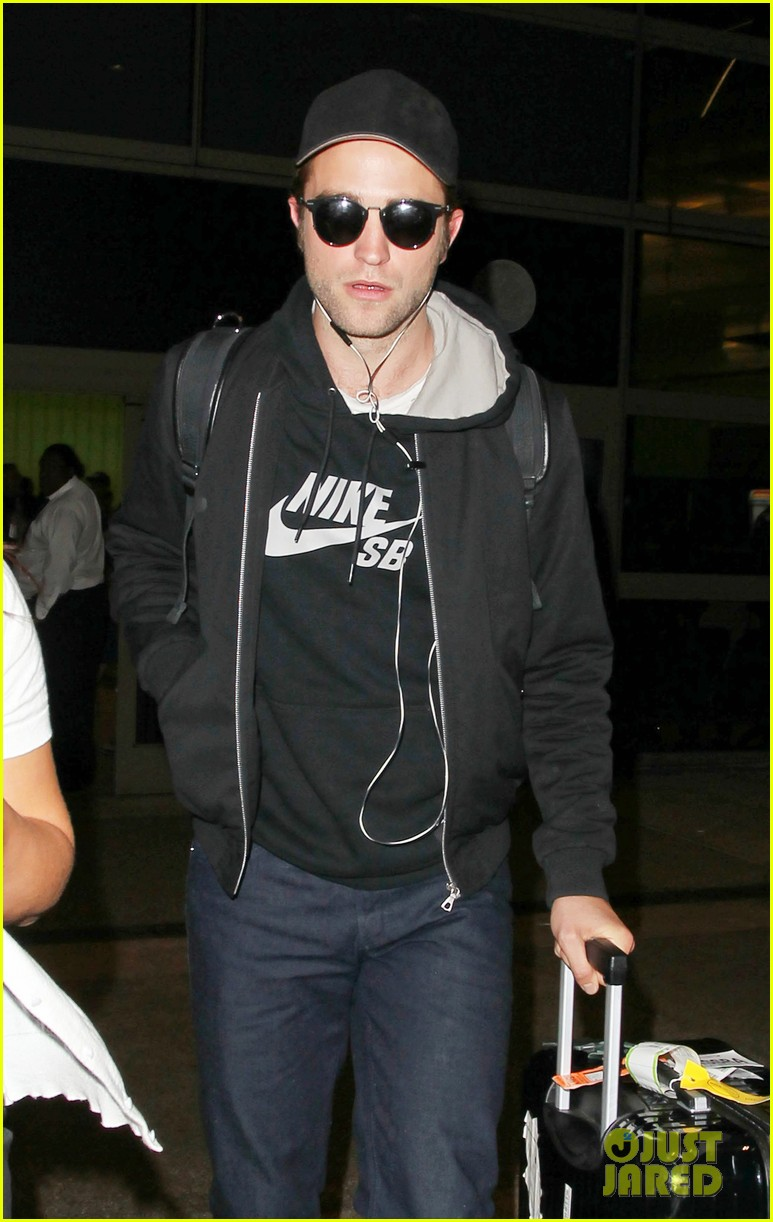 robert pattinson arrives in la incognito 01