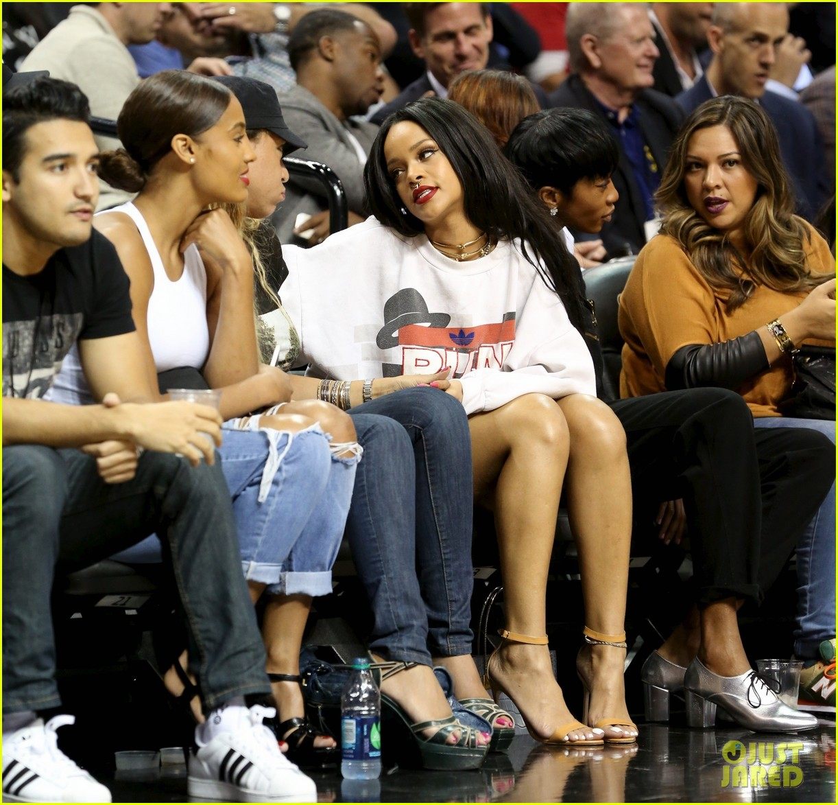 rihanna watches chris brown play basketball in courtside seats 19