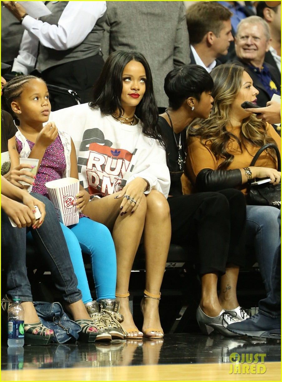 rihanna watches chris brown play basketball in courtside seats 23