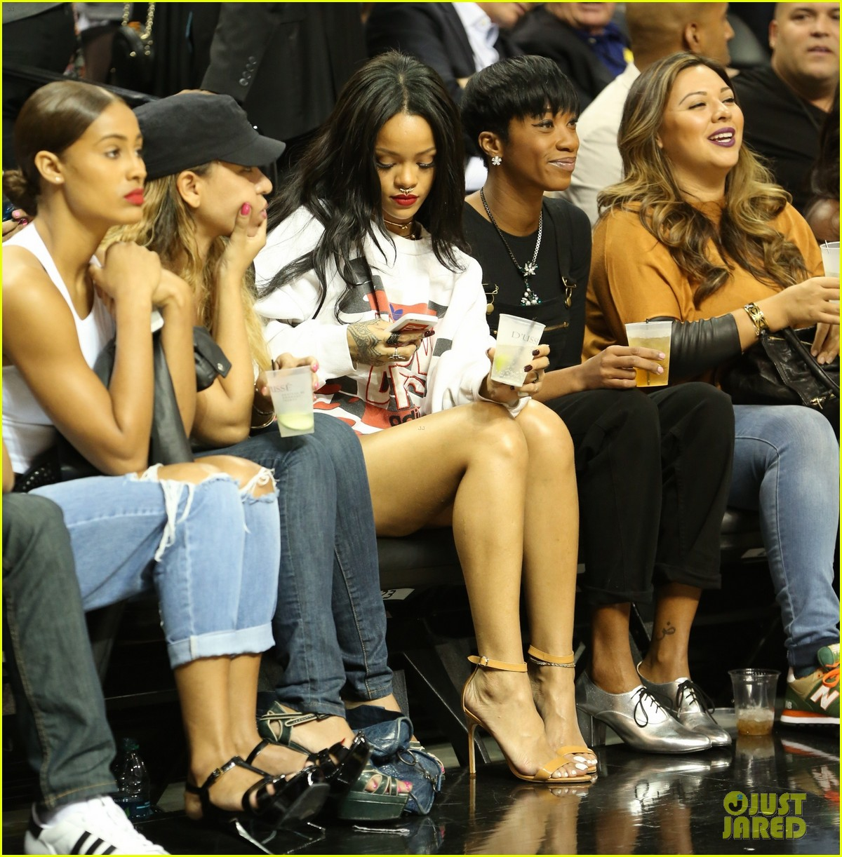 rihanna watches chris brown play basketball in courtside seats 26