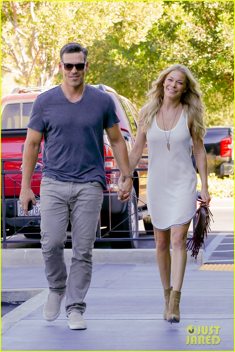 leann rimes steps out after getting backlash for rape joke 013185225