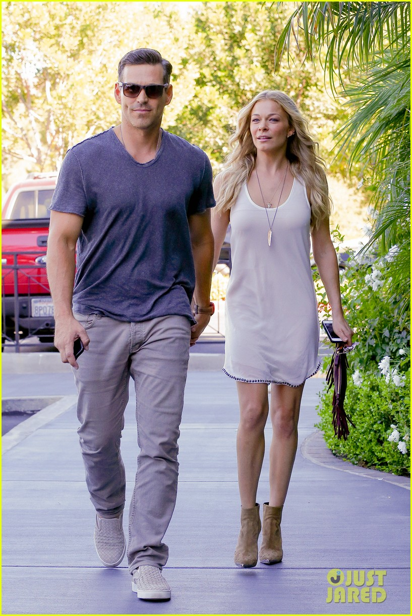 leann rimes steps out after getting backlash for rape joke 053185229