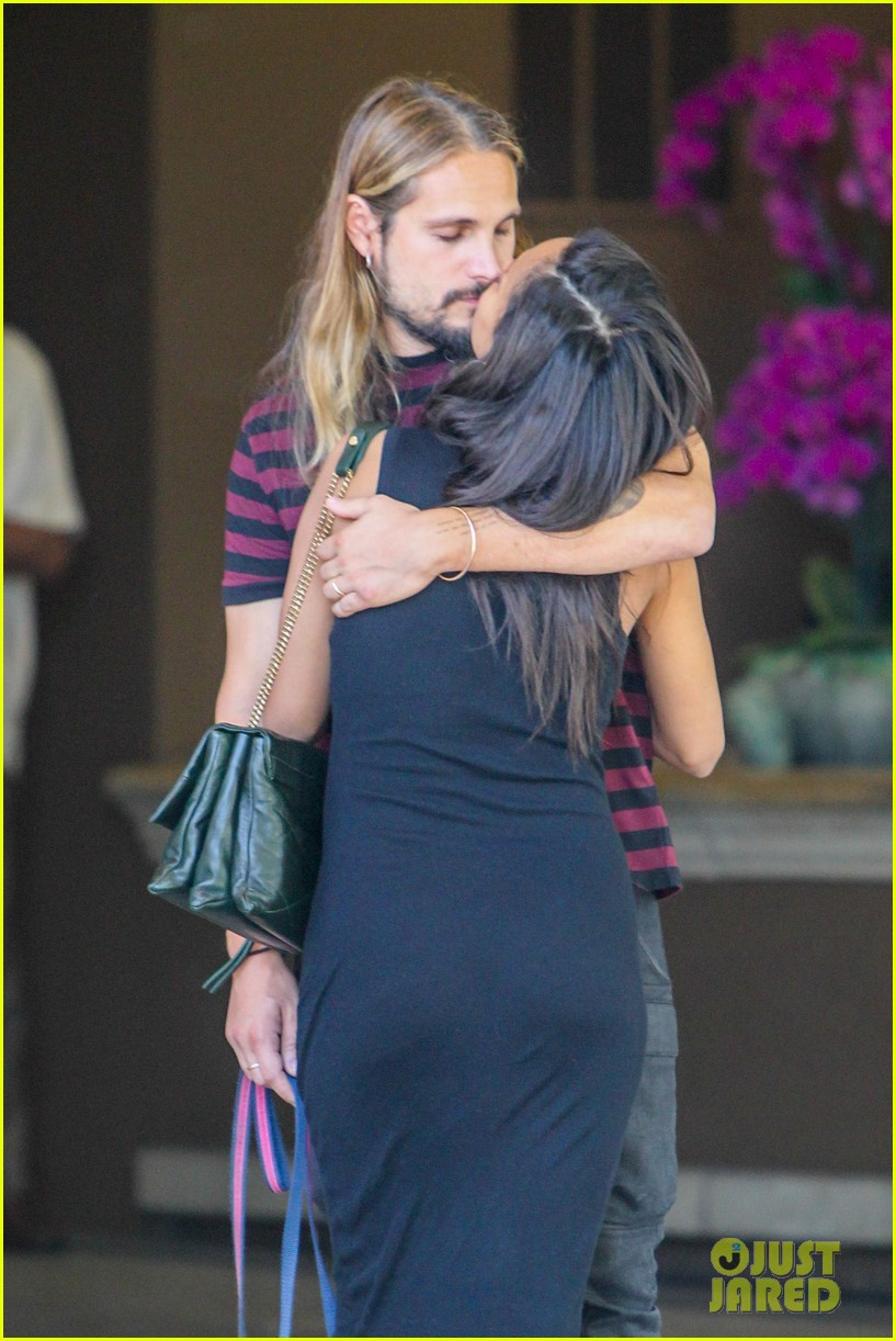 zoe saldana marco perego cannot keep their hands off each other 083178431