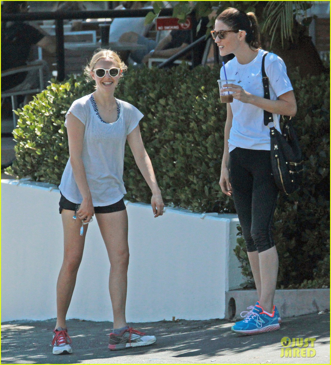 amanda seyfried jennifer carpenter share laughs coffee date 04