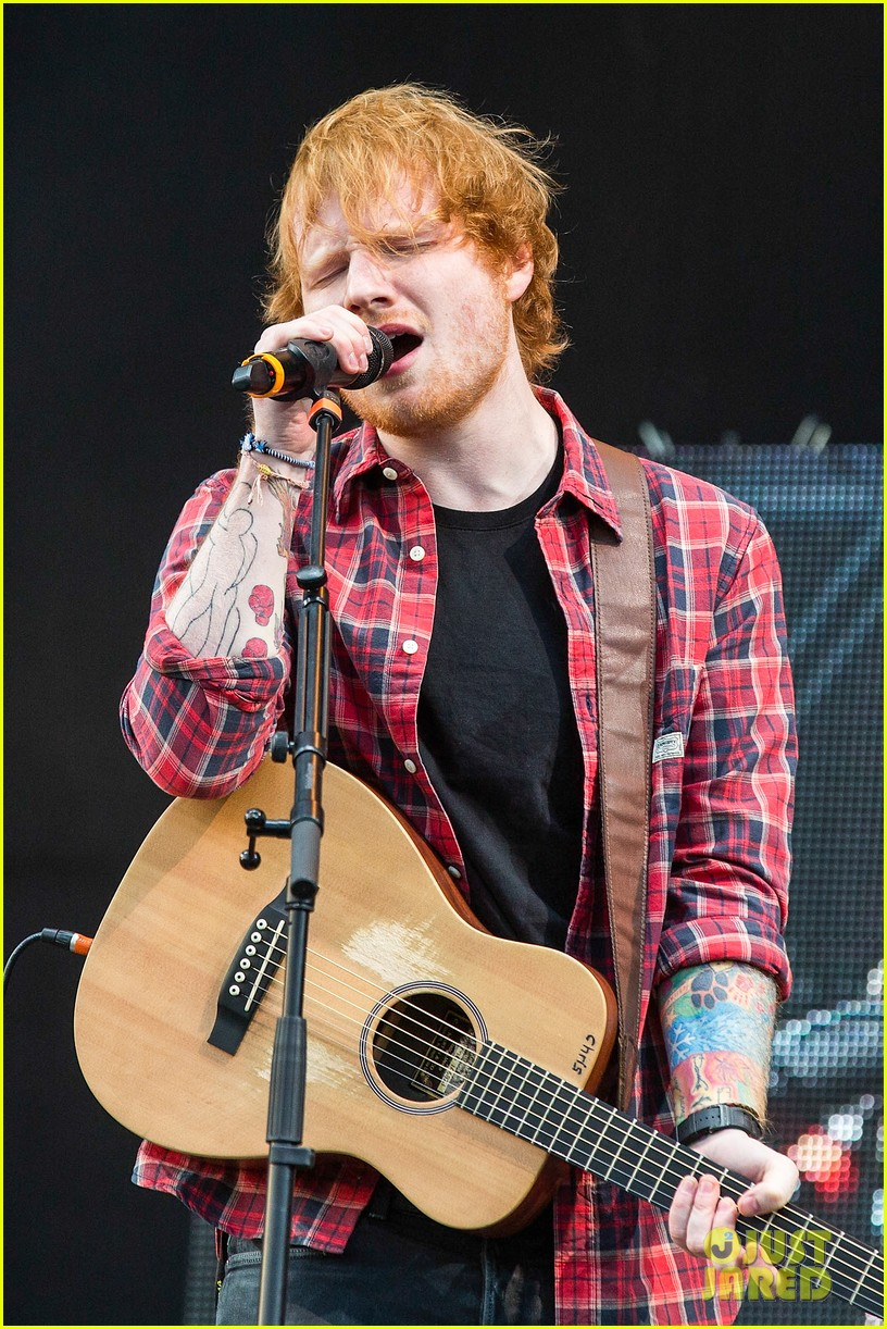 ed sheeran v festival performance sing 09