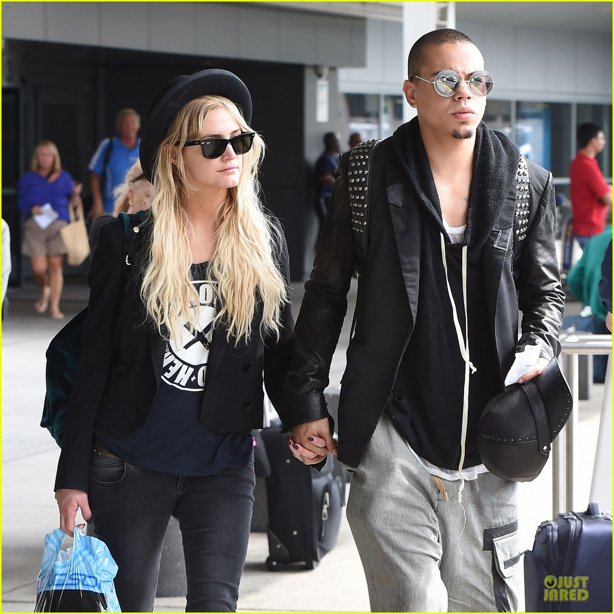 ashlee simpson evan ross hold hands after bachelorette party 04