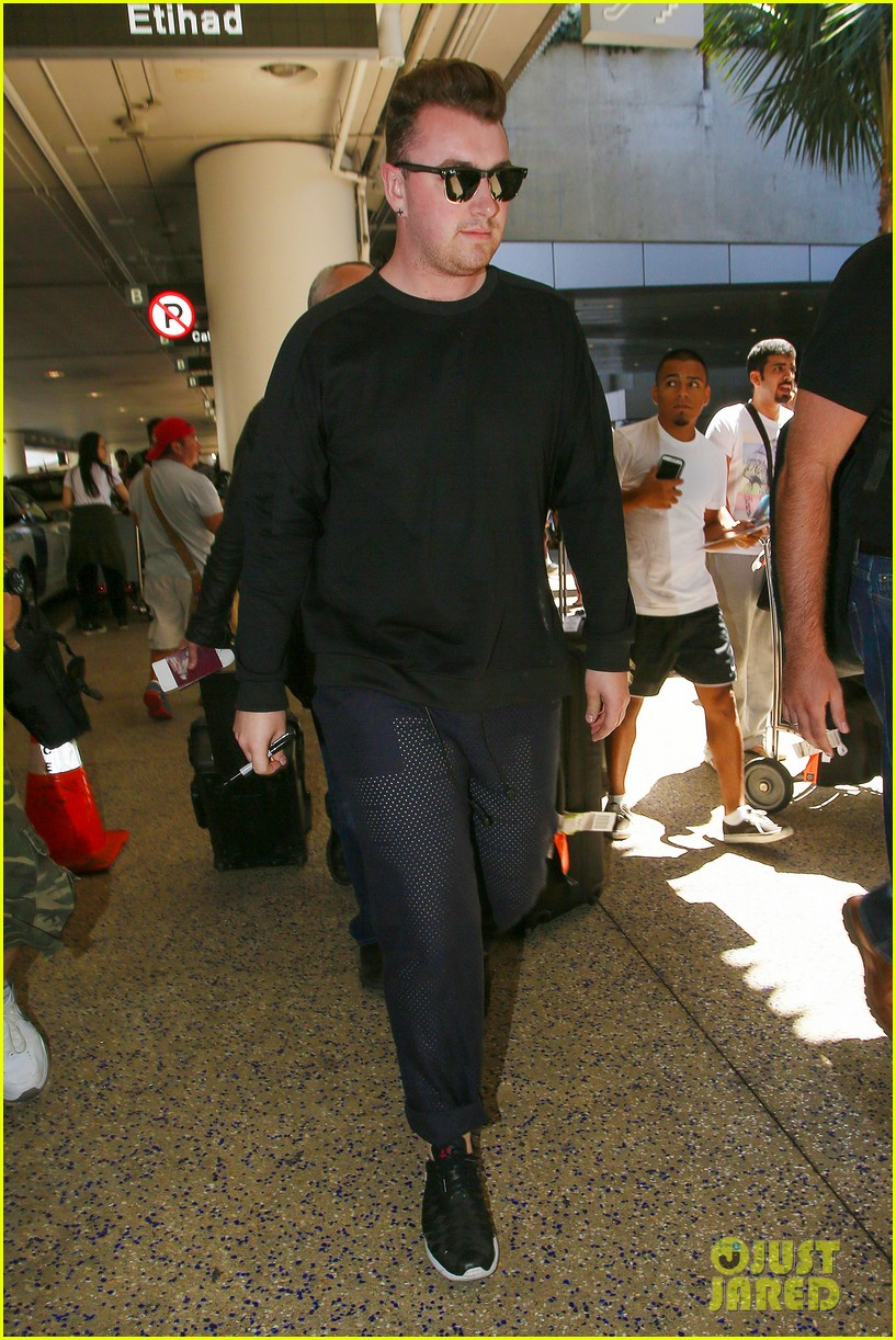 sam smith lands in los angeles for vmas performance 103180903