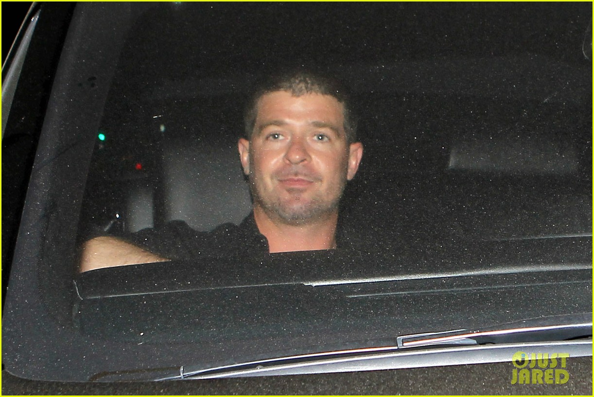robin thicke hung out at the club with kendra wilkinson 043172874