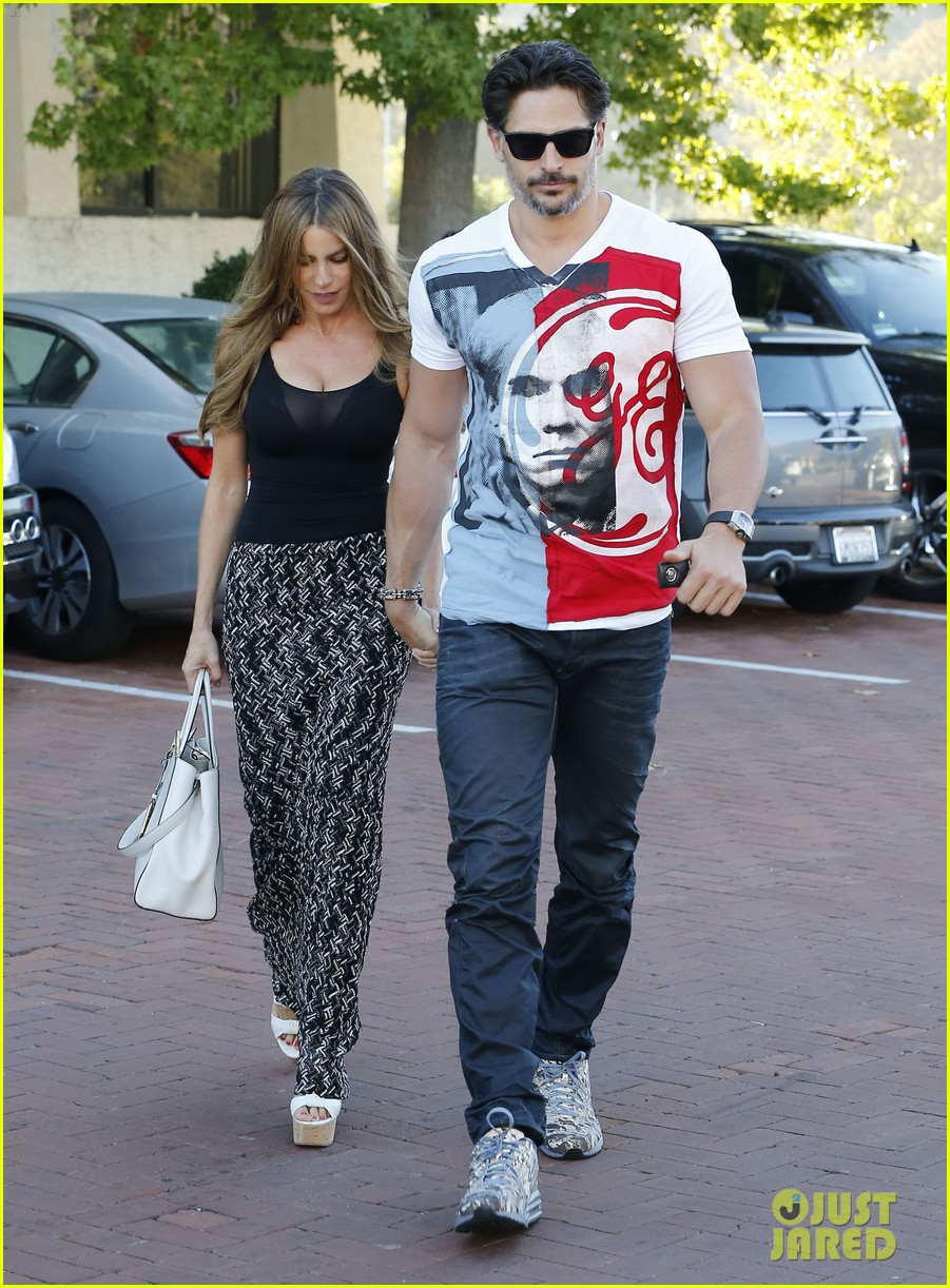 sofia vergara holds tight to joe manganiello huge bicep 12