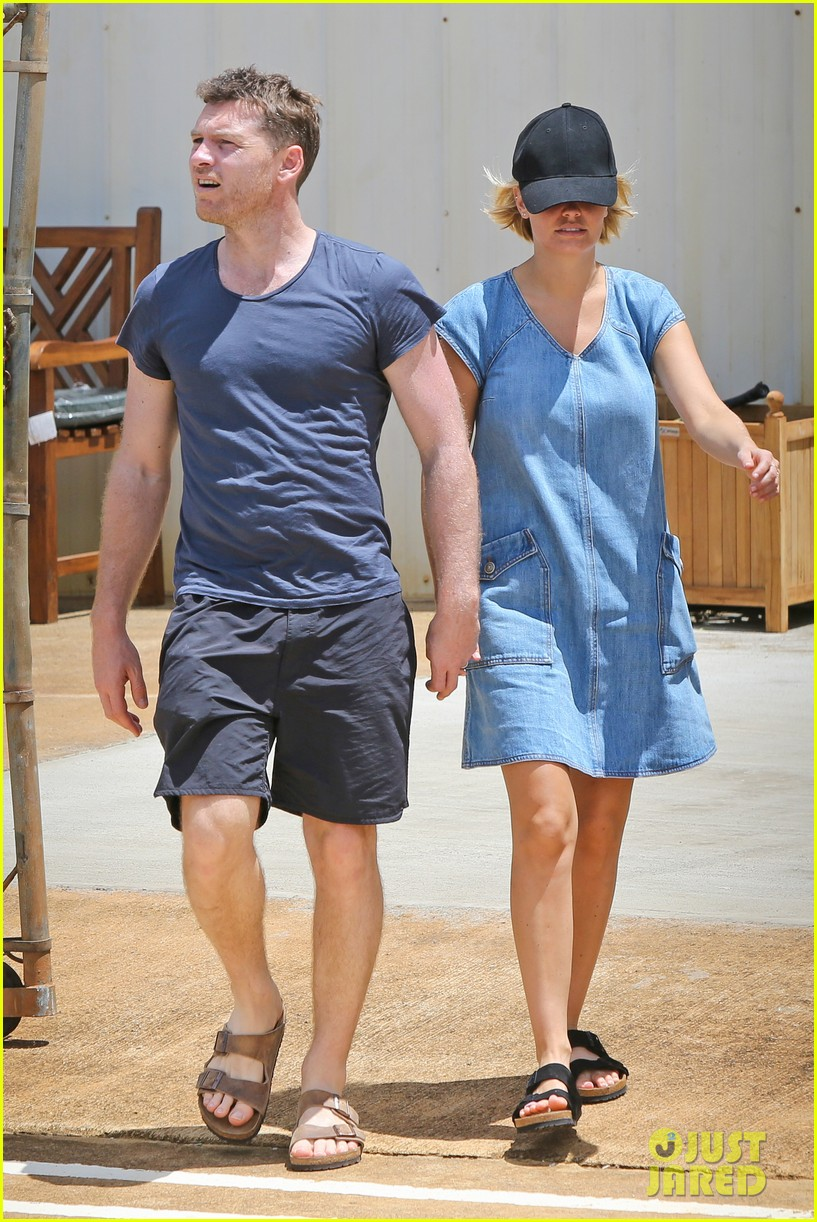 sam worthington lara bingle show off beach bodies in hawaii 133185734