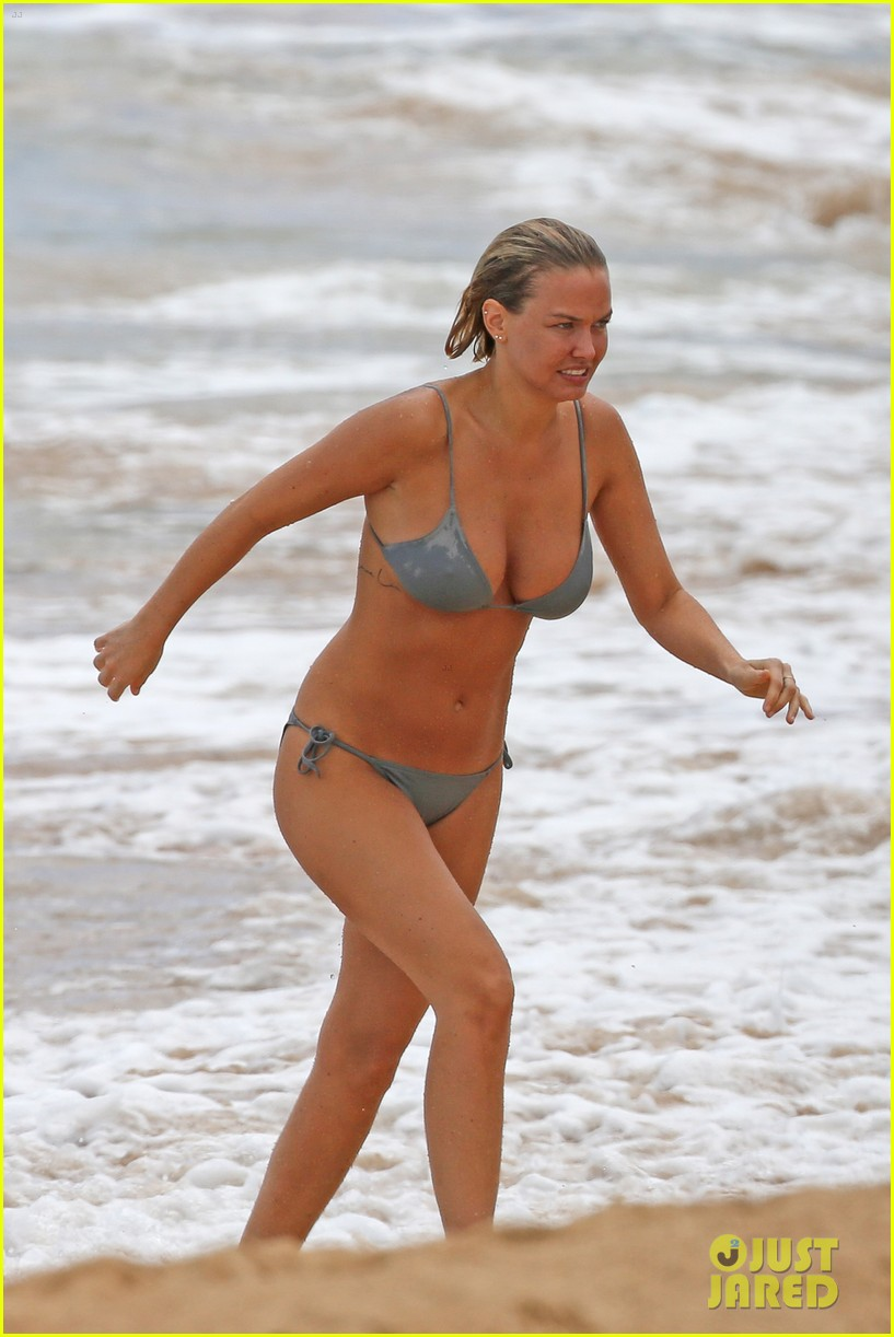 sam worthington lara bingle show off beach bodies in hawaii 183185739