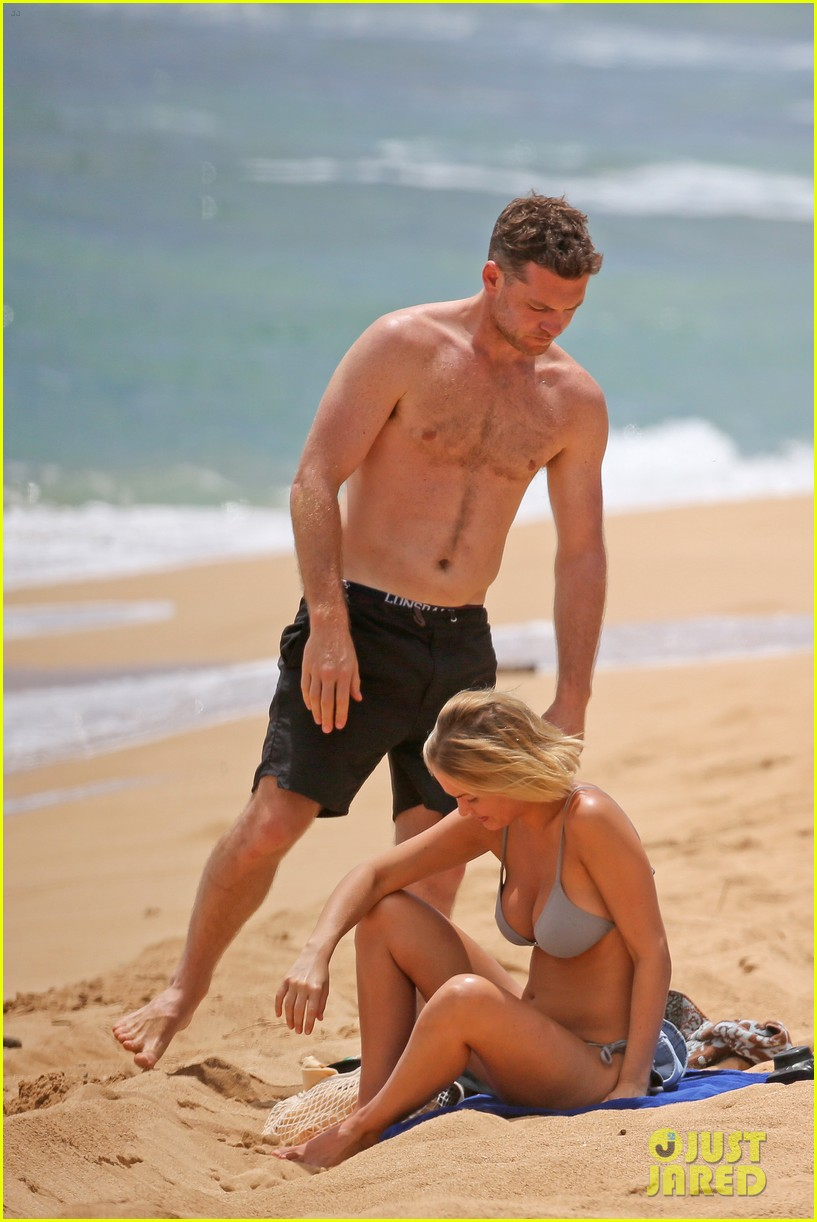 sam worthington lara bingle show off beach bodies in hawaii 19