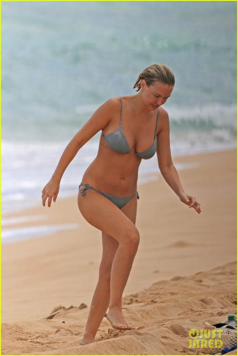 sam worthington lara bingle show off beach bodies in hawaii 23