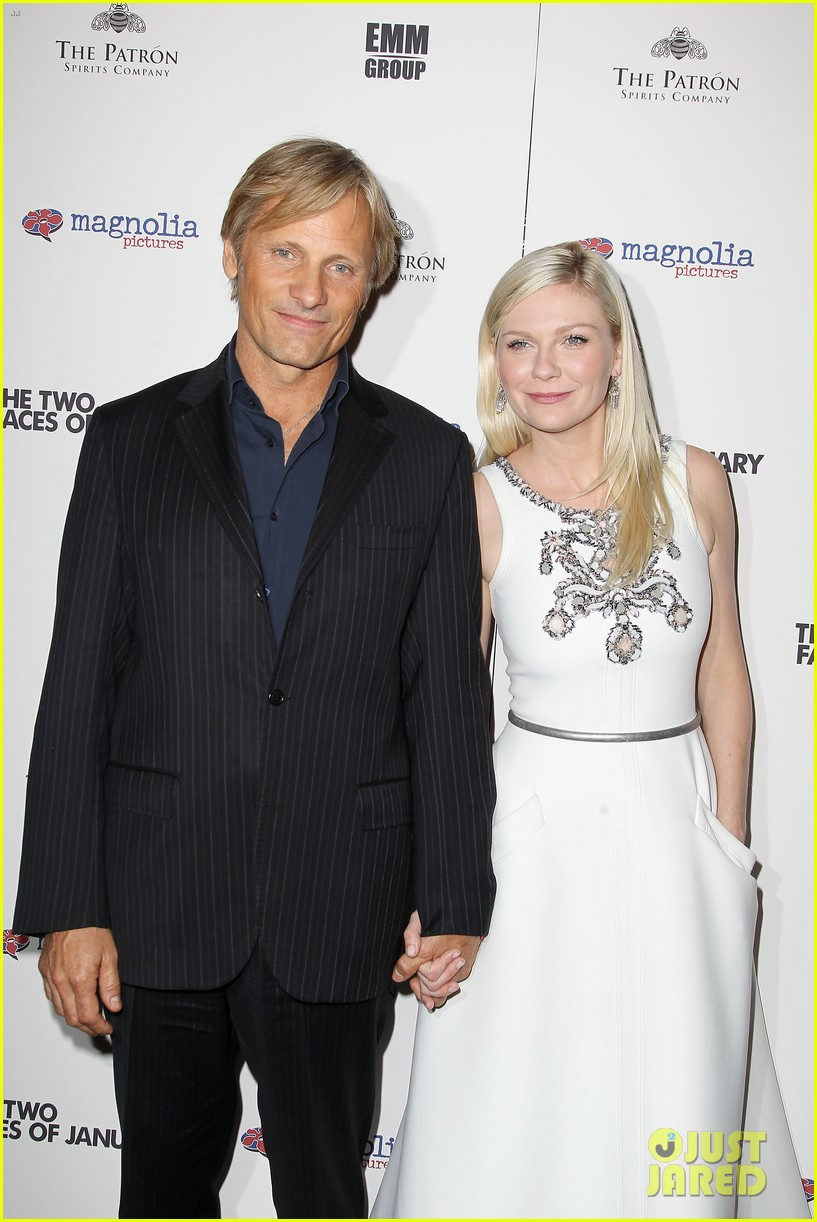 kirsten dunst viggo mortensen hold hands 043199257
