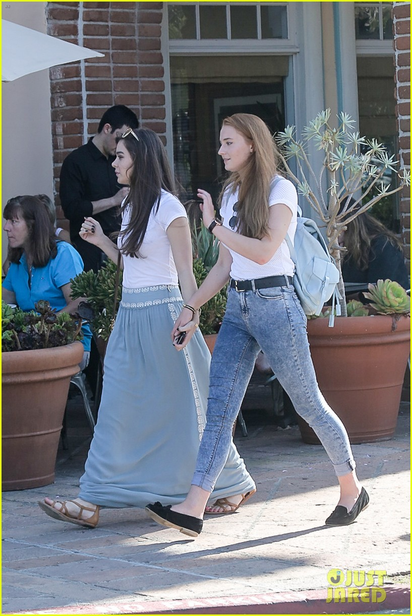 hailee steinfeld sophie turner hold hands girls day 04