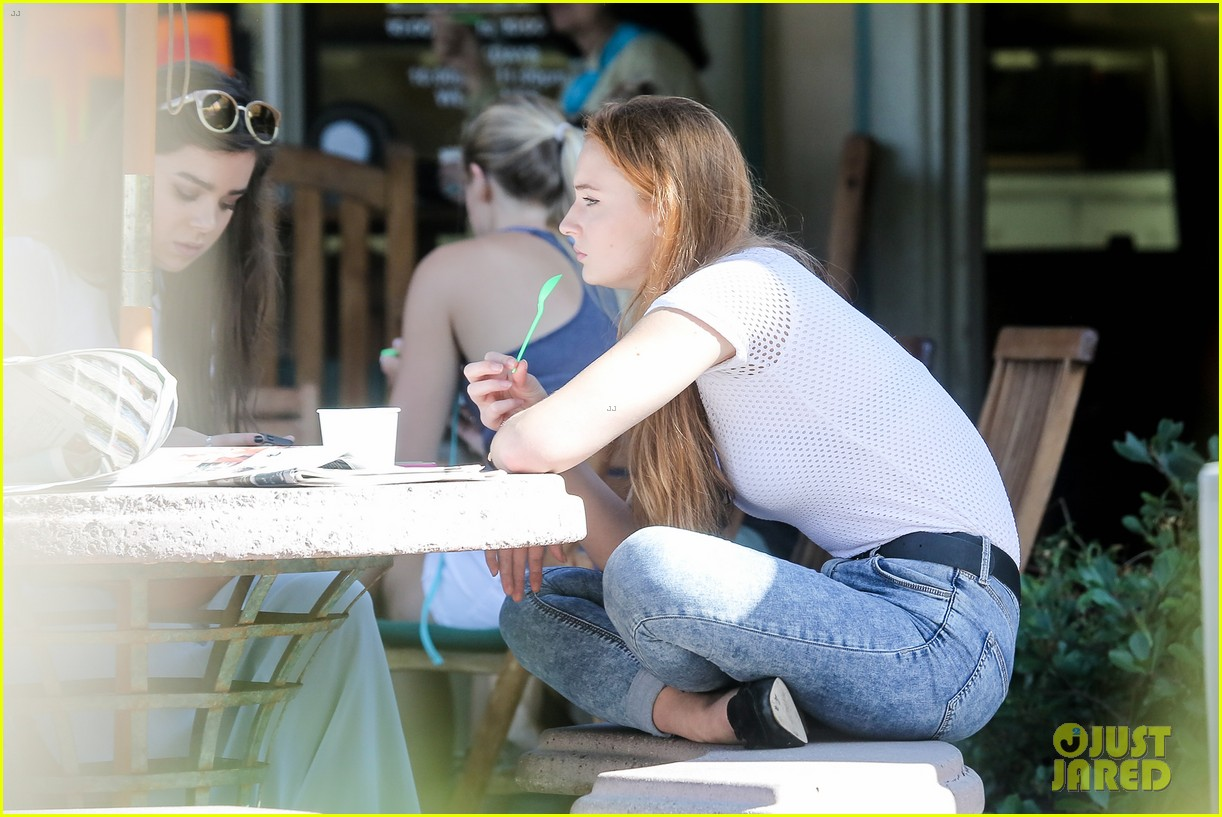 hailee steinfeld sophie turner hold hands girls day 203187131