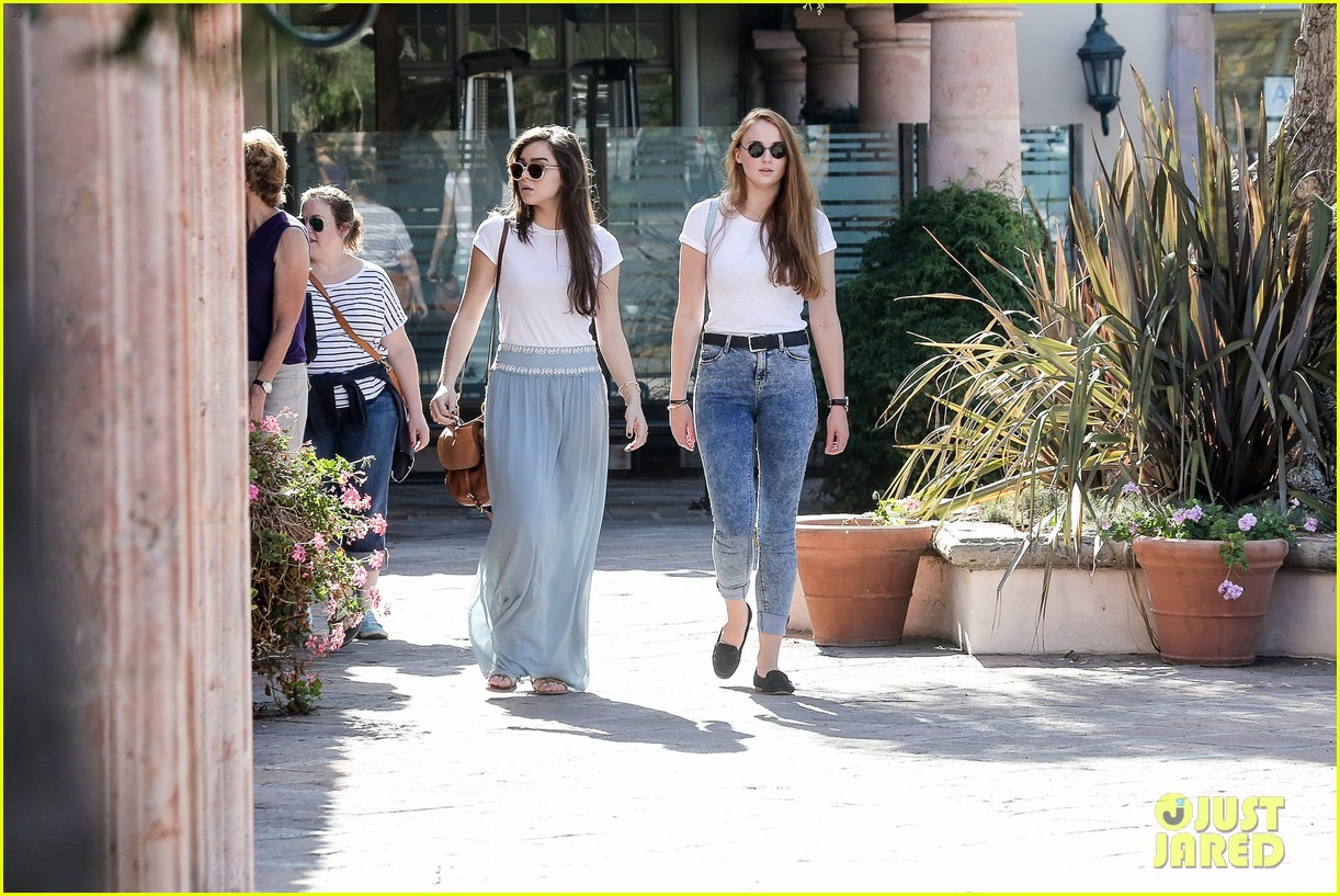hailee steinfeld sophie turner hold hands girls day 26