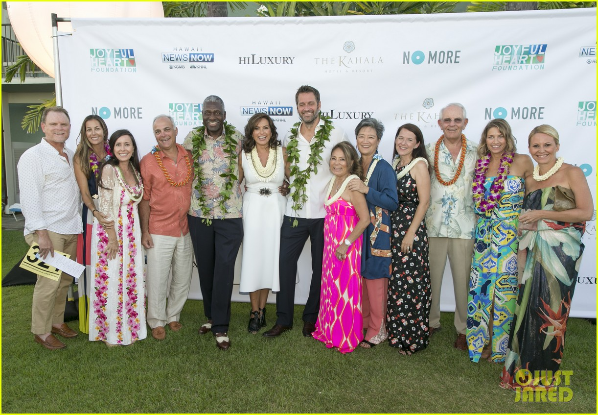 mariska hargitay finds joy in hawaii with hubby peter hermann 04