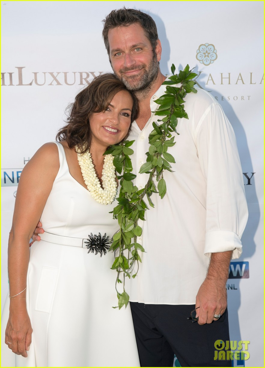 mariska hargitay finds joy in hawaii with hubby peter hermann 05