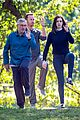 anne hathaway does tai chi with robert de niro again 01