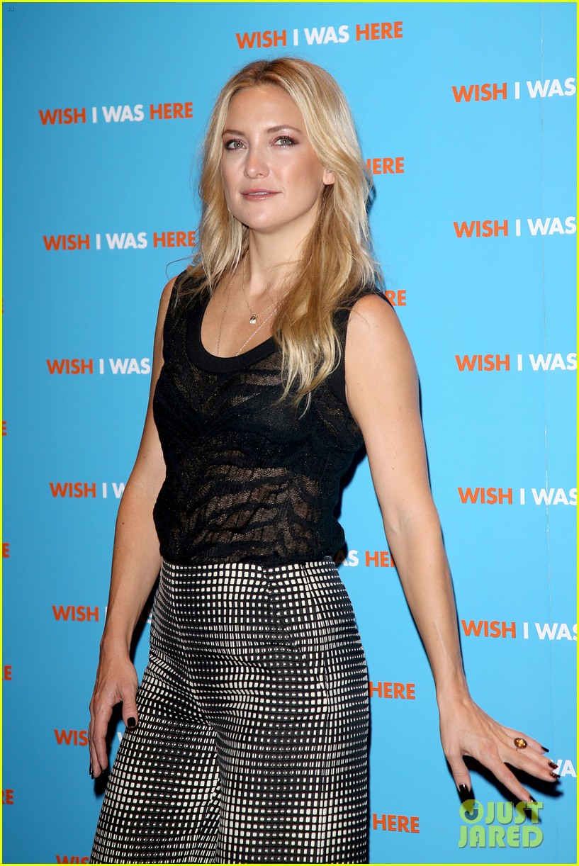 kate hudson plays photographer at her own movie premiere 103199894