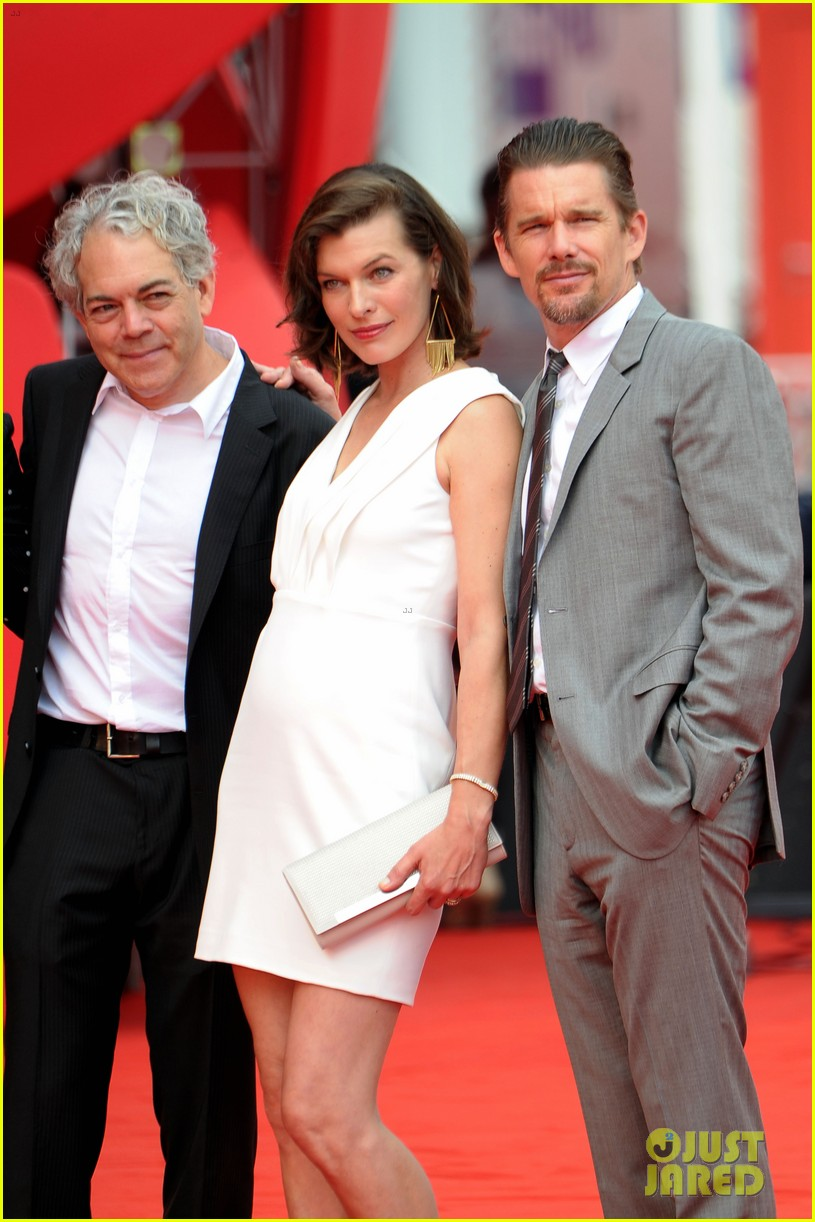 milla jovovich cradles baby bump at premiere 14