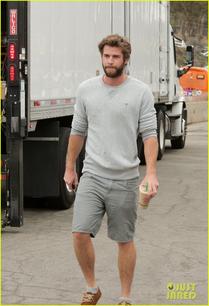liam hemsworth steps out after miley cyrus love declaration 013189243