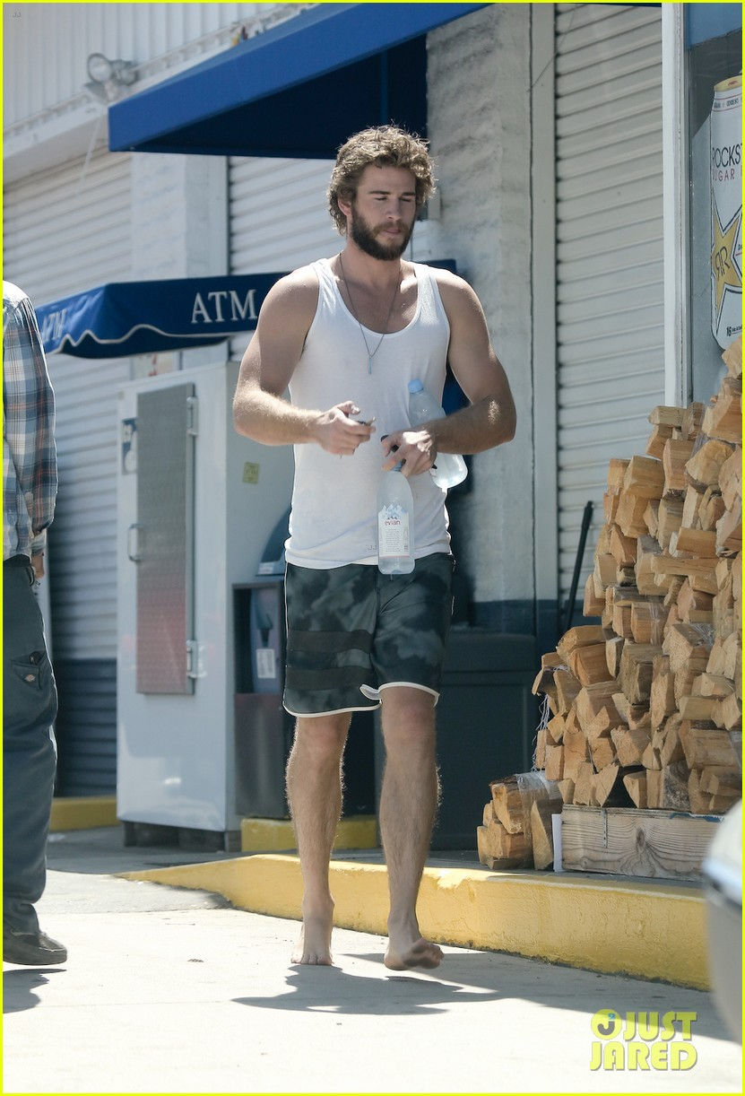 liam hemsworth barefoot store run 04